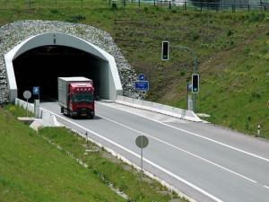 Opilec šel Jihlavským tunelem směrem k přivaděči. Nebyl schopný chodit a padal do vozovky