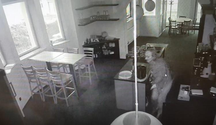 VIDEO: Zloděj se vloupal do restaurace a ukradl peníze i s trezorem. Není vám povědomý?