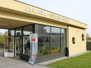 FOTO: Cestujícím v Jihlavě slouží nový dopravní terminál. Nabízí toalety, automat i cykloboxy