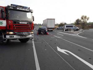 AKTUÁLNĚ: Tři lidé se zranili při nehodě u Golčova Jeníkova. Provoz je v místě omezen