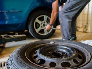 Na zimní pneumatiky zatím přezulo výrazně méně lidí než loni. Může za to hlavně teplé počasí
