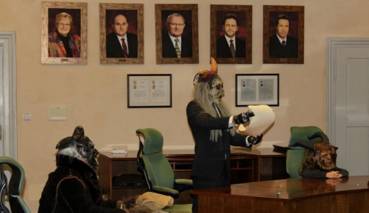 VIDEO: Čerti byli v Jihlavě o měsíc dřív. Žádali na radnici o pomoc s úložištěm jaderného odpadu