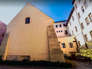 Dům v Hluboké ulici sloužil jako věznice. Jeho historii připomene pamětní deska