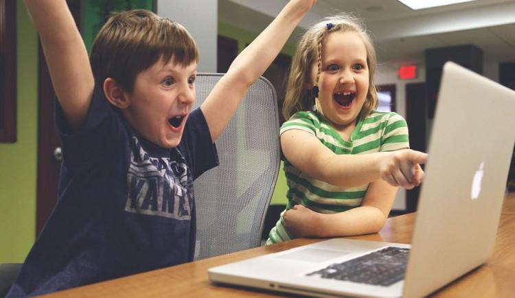 Studie: Skoro pětina dětí hraje na počítači přes 4 hodiny denně