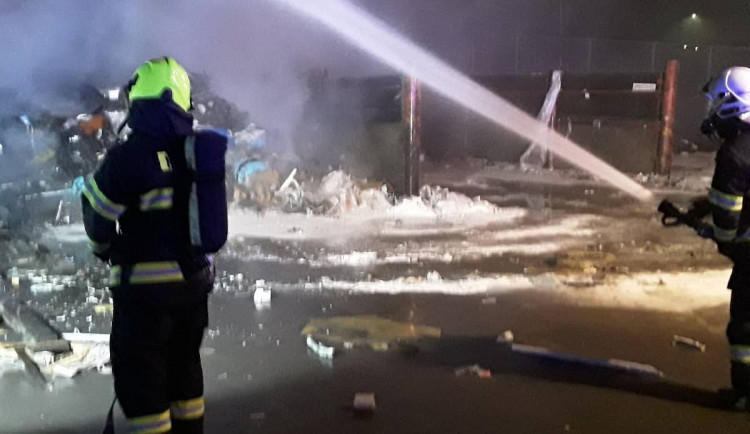 Hasiči zasahovali u požáru skládky. Doporučujeme nevětrat, zněla rada v rozhlase na sídlišti