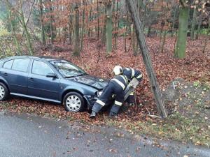 Řidič Octavie narazil do telefonního sloupu. Na pomoc museli přijet hasiči z Ledče
