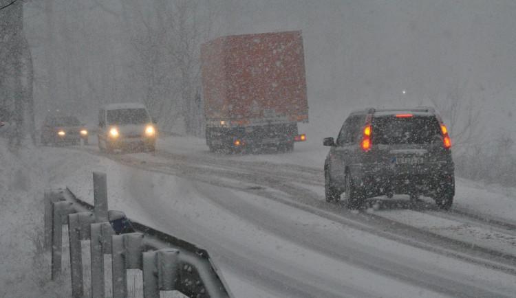 SJÍZDNOST: Na vedlejších silnicích Vysočiny zůstává někde rozbředlý sníh