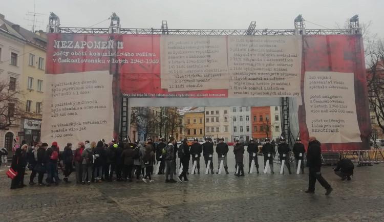 Svoboda není samozřejmost. Třicet let od sametové revoluce připomínají kordony i Zeď svobody