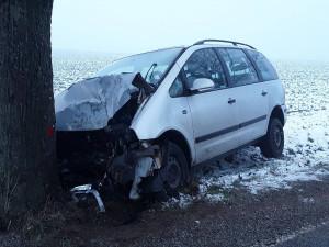U Stonařova dnes ráno došlo k nehodě. Řidič osobáku narazil do stromu