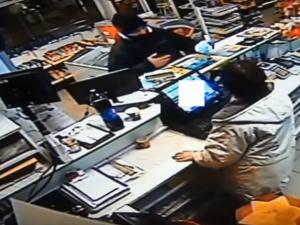VIDEO: Loupež na třebíčské benzince. Ozbrojený zloděj z obsluhy vylákal několik tisíc