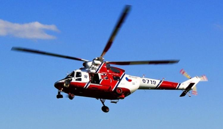 Osmnáctiletý řidič nezvládl smyk, vrtulník ho transportoval do nemocnice. Zranila se i jeho spolujedoucí