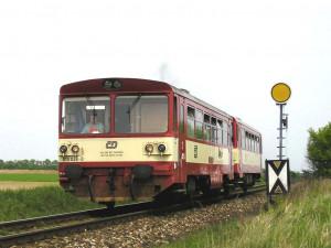 Kuriozita na železnici. Motorovému vlaku došla nafta, překvapení cestující museli autobusem
