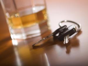 Žena řídila opilá a bourala. V další jízdě ji nezastavila ani poškozená pneumatika
