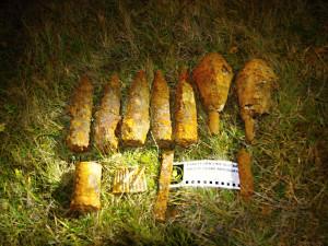 Pyrotechnik byl přivolán k nálezu podezřelých předmětů. Šlo třeba o granáty a dýmovnici