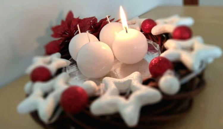 V neděli zapálíme první svíčku na adventním věnci. Co dělat v případě, že začne hořet?