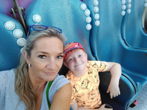 Martínek z Dobronína trpí nevyléčitelnou poruchou. Nosí ortézy, pomoci by mu mohl ještě i invalidní vozík