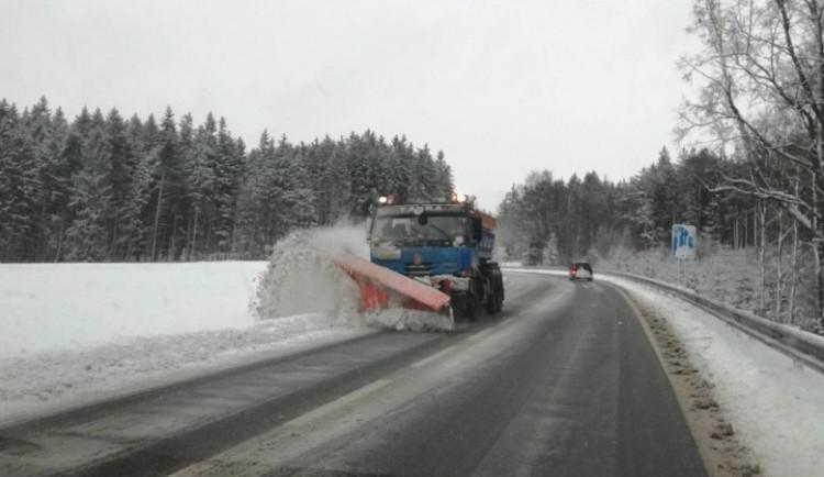 SJÍZDNOST: Silnice Vysočiny jsou kvůli přeháňkám sněhu sjízdné s opatrností