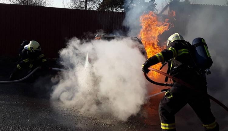 FOTO: Čtyři hasičské jednotky bojovaly s požárem osobního auta na Třebíčsku