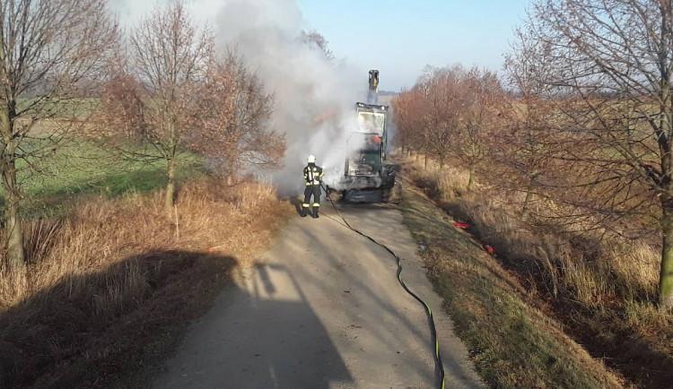 Milionová škoda vznikla během požáru harvestoru. Stroj hořel kvůli technické závadě