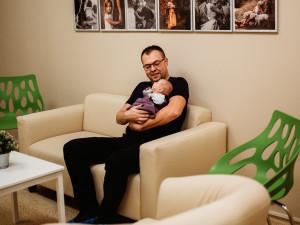 Na jihlavské novorozenecké JIP mají rodiče své nové zázemí. Díky dobročinné akci