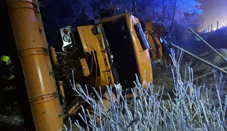 Kuriózní nehoda na dálnici. Na 118. kilometru směrem na Brno skončil sypač v příkopu