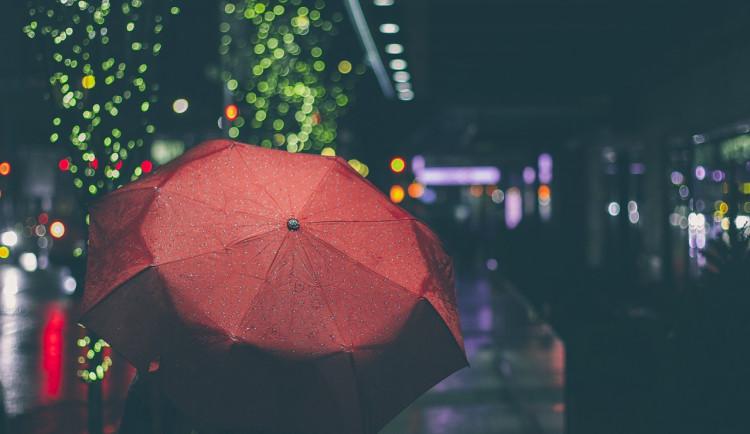 POČASÍ NA SOBOTU: Ven si raději přibalte deštník. Teploty půjdou nahoru
