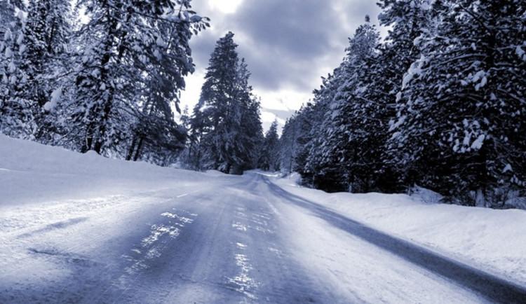 SJÍZDNOST: Na silnicích je ledovka, zasahují všechny sypače. Kdo nemusí, ať nevyjíždí, zní doporučení