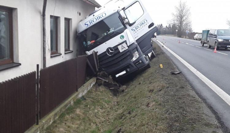 FOTO: Nákladní auto s papírem narazilo do rodinného domu. Provoz je řízen kyvadlově