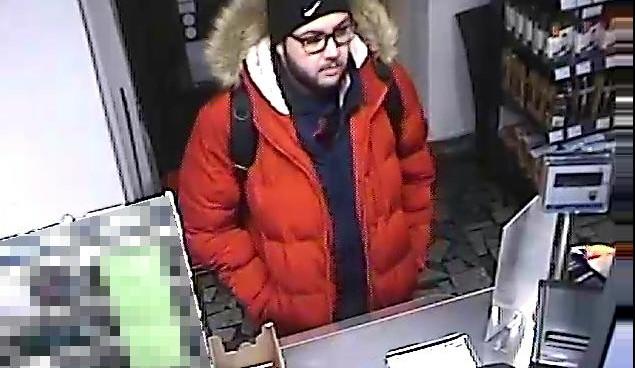 Našel ztracenou peněženku a okamžitě začal utrácet. Identifikuje veřejnost podezřelého?