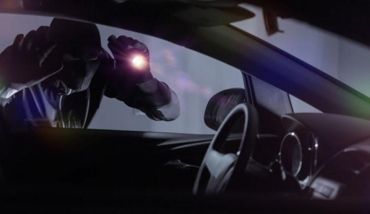 V Jihlavě byla v nočních hodinách vykradena dvě auta. Škoda je přes 40 tisíc korun