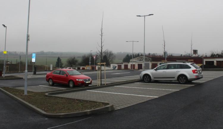 FOTO: P+R parkoviště v Jihlavě bylo slavnostně otevřeno. Nabízí místo 110 řidičům