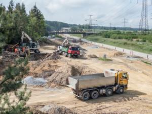 Po obchvatu obce Kámen začnou jezdit auta v dubnu. Na stavbě se pracuje od jara 2018