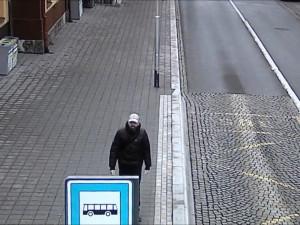 PÁTRÁNÍ: V prosinci došlo v Třebíči k vloupání do prodejny. Policie hledá muže, který šel okolo