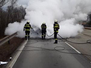 Na 132. kilometru dálnice hoří osobní vozidlo, směr na Prahu je neprůjezdný
