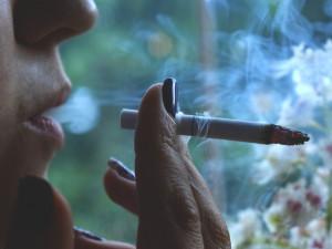 Češi jsou sedmí na světě ve spotřebě cigaret. Nejvíc kouří senioři