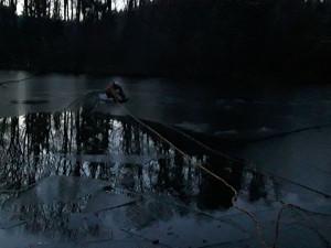 Hasiči zachránili letos již druhou srnku, která uvízla v rybníce. Šlo o rychlý zásah
