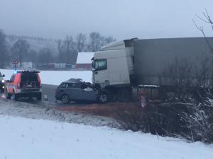 Při ranní nehodě u Antonínova Dolu zemřel řidič osobního auta. Lidé musí využít objízdné trasy