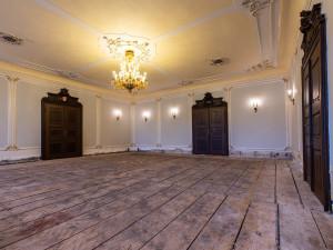 Velká obřadní síň v Jihlavě prochází rekonstrukcí. Místnost se dočká nových parket