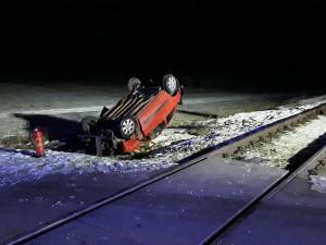 V Budišově se ráno střetl osobní vlak s vozidlem, trasa je neprůjezdná