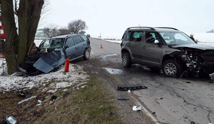 Záchranáři vyjížděli ke střetu dvou aut. V jednom z nich se zranila žena se dvěma dětmi