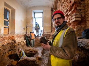 Archeologové v Jihlavě našli pozoruhodný poklad. Jde o středověkou odpadní jímku