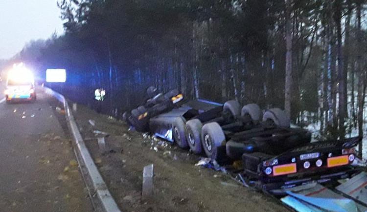 U dálničního sjezdu na Jihlavu se převrátil kamion s kukuřicí, došlo k masivnímu úniku nafty