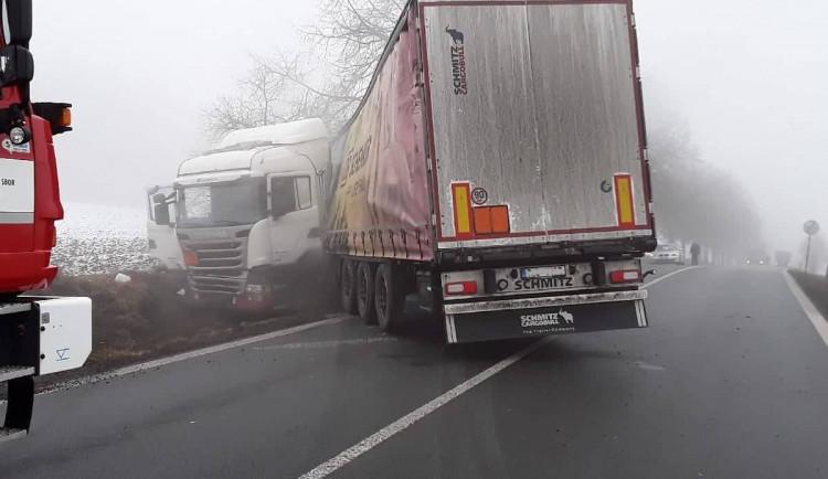 U Pelhřimova narazil do stromu náklaďák s chemikáliemi. Silnice na Tábor je uzavřena