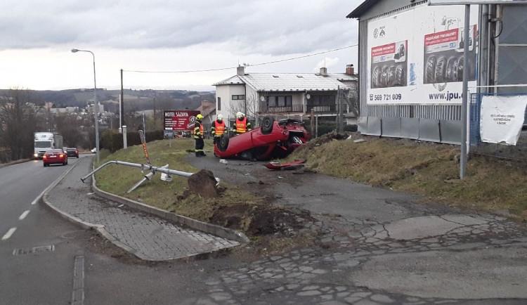 Řidička osobního auta se zranila během nehody. Došlo k poškození pouliční lampy