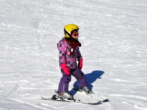 LYŽOVÁNÍ NA VYSOČINĚ: Na svah o víkendu vyrazily stovky lidí. Areály mají technický sníh