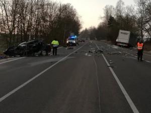 Třicetiletý řidič nepřežil střet s náklaďákem. Na místě podlehl svým zraněním