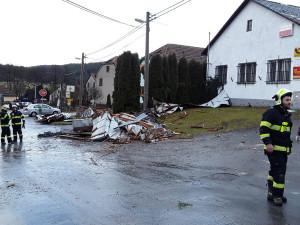 ORKÁN SABINE: Silný vítr bral lidem střechy. Do středy se uzavřel jihlavský hřbitov