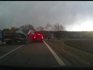 VIDEO: Muž se nevěnoval řízení a narazil do odstaveného náklaďáku. Dva lidé se zranili