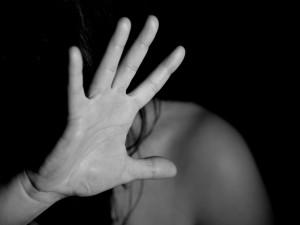 Zfetovaný a opilý muž v bytě napadl svou partnerku. Vytáhl na ni dokonce i nůž