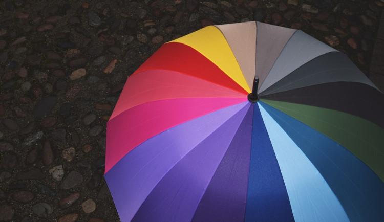 POČASÍ NA STŘEDU: Vezměte si deštník. Ve vyšších polohách může sněžit